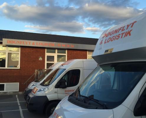 Døgnflyt & Logistik biler foran vores kontor